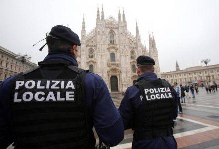 Polizia locale in piazza Duomo a Milano