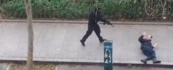 Terrorista uccide poliziotto durante attacco Charlie Ebdo a Parigi dell'8 gennaio 2015
